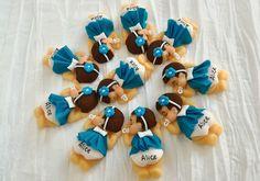 Bebê Dormindo Menina em Biscuit Ímã     Para marcar ainda mais esse dia tão especial que tal oferecer aos seus amigos e parentes essa linda lembrancinha de maternidade?   Também pode ser usada como lembrancinha no chá de fraldas do bebê.   Totalmente personalizada, o vestido é em tecido, neste mo...