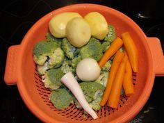Brambory, mrkev, petržel a půlku cibule dáme vařit spolu s novým kořením a bobkovým listem a trochou drceného kmínu. Po cca 10min varu (mrkvička...