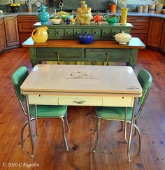 retro kitchen table, looks like the one I have only mine is Red and white Retro Home Decor, Kitchen Table, Kitchen Table Settings, Kitschy Kitchen, Retro Kitchen Tables, Retro Dining Table, Retro Furniture, Vintage Dining Room, Retro Kitchen