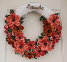 Guirlanda com flores em patchwork.  As cores e a inscrição podem ser customizadas de acordo com a preferência do cliente.