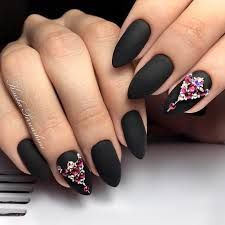 If you want to try something new, why not opt for matte black nails? This design looks really extraordinary. See our matte black manicure ideas. Dark Gel Nails, French Manicure Acrylic Nails, Matte Nail Art, Matte Black Nails, French Manicure Designs, Cool Nail Designs, Black Manicure, Spring Nail Trends, Acrylic Nail Shapes