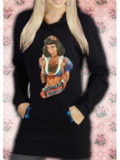 Vestido de algodón negro, manga larga con capucha, bolsillos en los costados con lacitos azul turquesa. Ilustración cosida a la prenda con una divertida Blancanieves tatuada, que dice aplícate el cuento!