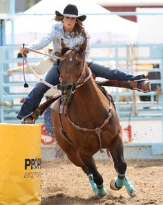 cowgirl riding >>> um no, that's barrel racing Barrel Racing Horses, Barrel Horse, Barrel Racing Outfits, Cowgirl And Horse, Horse Love, Bull Riding, Horse Riding, Rodeo Events, Trick Riding