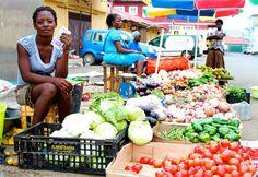 Una mujer vende verduras en Guinea Ecuatorial