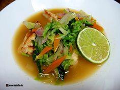 Low-Carb China Asia Suppe. Die Suppe besteht hauptsächlich aus viel Gemüse und Hühnerfleisch. Das Ingwerpulver sorgt für eine gewisse Schärfe, die Limette bringt frische Säure in das Gericht. Die chinesische Suppe ist ein tolles Low-Carb Rezept zum Abnehmen. Als ketogenes Gericht separat nur bedingt geeignet. Es fehlt der hohe Fettanteil. Du solltest also noch etwas Fettiges dazu essen, wenn du es in einen ketogenen Ernährungsplan integrieren möchtest. Zutaten 350 g Hühnerbrust 60 g Möhren 6…