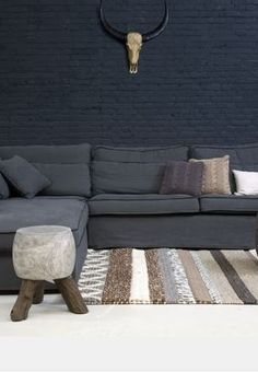 i am trying to find a stunning effect for one brick wall and i was wondering how it will be in black. the answer is. My Living Room, Home And Living, Living Spaces, Living Room Decor Inspiration, Interior Design Inspiration, Dark Grey Couches, Brown Couch, Black Rooms, Piece A Vivre