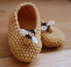 french knitting So cute, moss stitch is one of my favourites so these were perfect. Annas having a little boy so I thought a bee would be a good decoration and my French knitting spool was the perfect size! Knitting For Kids, Baby Knitting Patterns, Knitting Projects, Crochet Patterns, Crochet Projects, Baby Booties, Baby Shoes, Crochet Bee, Purl Bee