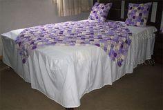 01 Cobre-leito em Fuxico: medida - 1,50m x 1,50m  01 Colcha de Casal com babado (tecido Liso)   Medida de: 2,60 comprimento x 2,50 largur...