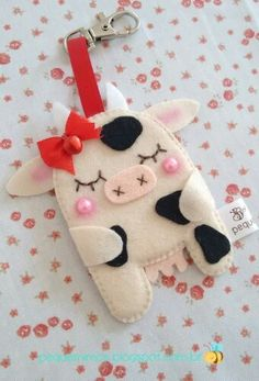 Felt Crafts Diy, Felt Diy, Felt Keychain, Keychains, Felt Ornaments Patterns, Cute Sewing Projects, Christmas Gifts For Friends, Felt Brooch, Animal Crafts