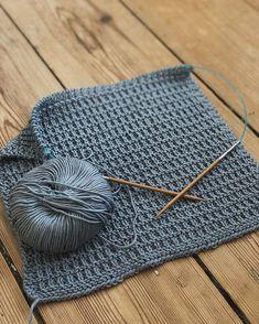 Strikk : 4 pinner r : 2 pinner 2 r ( r + vr ) : 2 pinner r Knitting Patterns Boys, Dishcloth Knitting Patterns, Knit Dishcloth, Baby Knitting, Crochet Home Decor, Diy Crafts For Gifts, Sewing Hacks, Knit Crochet, Textiles