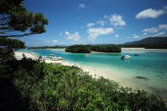 L'Île Okinawa, connue pour avoir trois fois plus de centenaires qu'ailleurs et principalement des femmes.