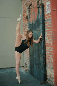 Gymnastics Pictures, Gymnastics Girls, Dance Pictures, Ballet Dance Photography, Mädchen In Bikinis, Teen Girl Poses, Female Gymnast, Dance Poses, Dance Picture Poses