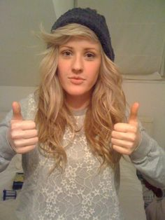 Ellie Goulding style: cool sweatshirt, and cool beanie as per usual