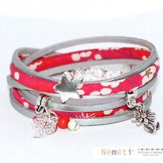 Bracelet liberty rouge - tissu fleurs mitsi rouge et suédine argenté aspect cuir - breloques perles
