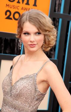 Taylor Swift Diamond Chandelier Earrings - These sparkling diamond earrings add a nice touch to the country singers bejeweled Collette Dinnigan dress.    Brand:  H. Stern