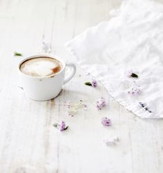 sunday morning cappuccino By Hot Chocolate Latte, Chocolate Caramels, Coffee Love, Coffee Cups, Food Photography Lighting, Sweet Bourbon, Good Morning Coffee, Sunday Morning, Simple Pleasures