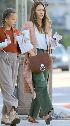 Jessica Alba in Los Angeles, California on Monday Jessica Alba Outfit, Jessica Alba Casual, Jessica Alba Family, Jessica Alba Style, Inverted Triangle Outfits, Estilo Hippie Chic, Vegan Clothing, Layering Outfits, Celebrity Look