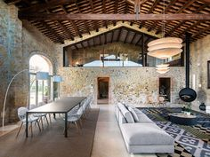 This ancient stone house in the medieval town of Pals in Baix Empordà, Girona, Spain on the Costa Brava has been completely restored by Gloria Duran Arquitecte. Industrial Bedroom, Industrial Living, Rustic Industrial, Industrial Wallpaper, Industrial Bookshelf, Industrial Windows, Kitchen Industrial, Industrial Apartment, Industrial Office