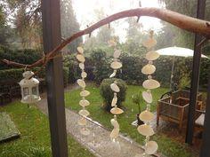 Schritt für Schritt: Aus Perlen und Muscheln ein Windspiel einfach selbst basteln. Deko aus schönen Urlaubserinnerungen für Terrasse, Balkon und Wohnzimmer.