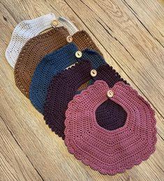 Crochet Baby Bibs, Newborn Crochet, Crochet For Kids, Baby Bibs Patterns, Baby Knitting Patterns, Crochet Patterns, Crochet Doll Clothes, Crochet Dolls, Bandana Bib Pattern