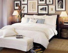 Mur de cadres au dessus du lit