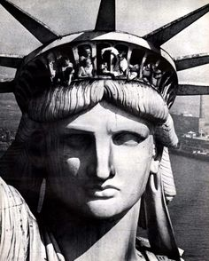wow this is amazing.it makes think about the people from all different countrys coming in on the boats and just seeing the Statue of Liberty.wow this is like a step into the past Old Photos, Vintage Photos, New York City, Manhattan, Liberty Statue, Empire State Of Mind, Vintage New York, I Love Ny, Concrete Jungle