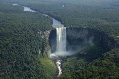 Cataratas Kaieteur, Guyana, Venezuela. Posee una caída libre de hasta 226 metros desde la salida del agua hasta la primera vez que toca rocas, pero entonces fluye hacia una serie caídas de aguas escarpadas, que estando incluidas en la altura de la catarata la hacen llegar hasta unos 256 metros. Las cataratas Kaieteur son hasta 5 veces más altas que las cataratas del Niágara.