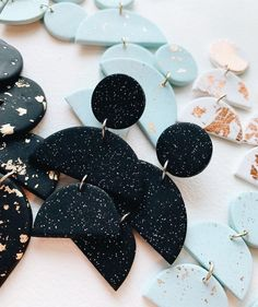 Change to blue Polymer Clay Crafts, Polymer Clay Jewelry, Jewelry Crafts, Handmade Jewelry, Tiffany Jewelry, Diy Clay Earrings, Jewelry Illustration, Clay Design, Bijoux Diy