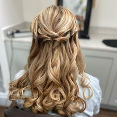 If you have a wedding coming up and your daughter seems like a good fit for a role of a flower girl - you're exactly where you need to be! You can ask... Pigtail Hairstyles, Flower Girl Hairstyles, Retro Hairstyles, Popular Hairstyles, Loose Hairstyles, Wedding Hairstyles, Gorgeous Blonde, Gorgeous Hair, Cute Updo