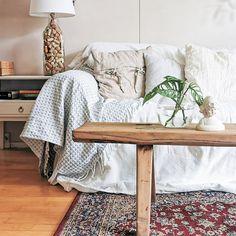 #cozy #hygge #livingroom #boho #rustic #scandi #nordic #diyinspiration Cozy Living Rooms, Hygge, Entryway Bench, Rustic, Blanket, Boho, Furniture, Home Decor, Hall Bench