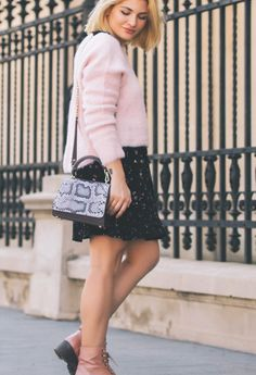 This beautiful fashion blogger knows how to get the perfect modern, feminine look next to the Brigitte snakeskin bag designed by Wild Inga. The delicate pastel and the vibrant color of the luxury purse create an amazing contrast, offering her a mysterious, imposing air.