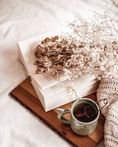 Cosy Instagram photo of books and flowers Cozy Aesthetic, Brown Aesthetic, Aesthetic Vintage, Aesthetic Photo, Aesthetic Pictures, Reading Slump, Book Flatlay, Book Wallpaper, Coffee Photography