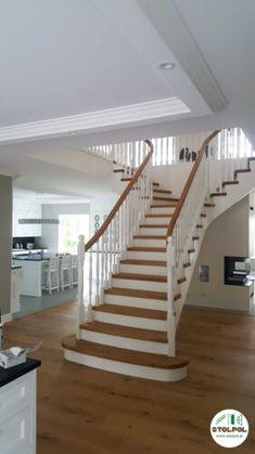 Schody samonośne z dwoma wyjściami, otoczone balustradą, połączenie naturalnego koloru drewna z elementami w białym, gładkim kolorze. Stairs, Home Decor, Stairway, Decoration Home, Room Decor, Staircases, Home Interior Design, Ladders, Home Decoration