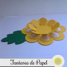 Forminhas Flor Amarela em papel com 180 de gramatura  O produto diz respeito a 25 unidades.  Dimensões: 3,5 cm x 3,5 cm de base e 3 cm de altura.  Após a confirmação do pagamento o prazo de produção será de 15 dias úteis, dependendo da quantidade o prazo poderá se estender.  Enviamos para todo o ... Kids Crafts, Foam Crafts, Diy And Crafts, Giant Paper Flowers, Felt Flowers, Diy Flowers, Diy Paper, Paper Art, Paper Crafts