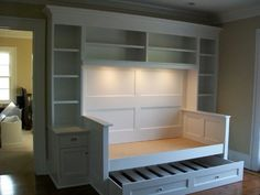This would be super cute to put in a guest room! I love built ins! >>>>> built-in bed and shelving pull out trundle bed or more storage-guest-room. This would be FANTASTIC for the boys room even! Diy Casa, Home Living, Living Room, Small Living, Cottage Living, My New Room, Home Bedroom, Teen Bedroom, Master Bedroom