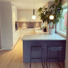 """Strikking, mat og vakre ting på Instagram: """"Man tager hva man haver. Kjøkkenet i vårt nye hus var lite og kjedelig. Men vi ville ikke rive et helt nytt kjøkken. Forstørret med en…"""" Tips, Kitchen, Table, Furniture, Home Decor, Cooking, Decoration Home, Room Decor, Kitchens"""