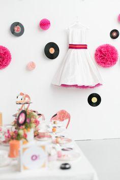 noni- Brautkleid mit Farbe, hochgeschlossenem Ubootausschnitt und pinkem Gürtel und farbigem Petticoat (Foto: Le Hai Linh, Violeta Pelivan, Hanna Witte) (http://www.noni-mode.de)