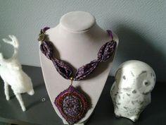Un pendentif en perles brodées