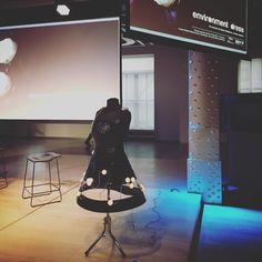 #environmentdress en @theappdate_es #fundaciontelefonica A las 7 empezamos!! #wearable #wearabletechnology #art #technology #tecnologia #opensource #codigoabierto #laboralcentrodearte #laboralcentrodearteycreacionindustrial #contemporaryart #mariacastellanos #albertovalverde #uh513 #lasercut #fablab #fablabasturias #arduino by imperdiblewoman