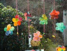Bunte Blüten am Fenster // Upcycling mit Kaffeefiltern – Reges Leben Bunt, Wind Chimes, Spring, Google, Outdoor Decor, Diy, Home Decor, Paint Flowers, Coffee Filters