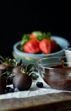 Chocoalte Covered Strawberries - gluten free, refined sugar free | amygreen.me