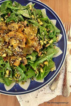 ΣΑΛΑΤΑ με ΣΠΑΝΑΚΙ, ΡΟΚΑ και φουρνιστά λεμονάτα μανιτάρια με μουστάρδα Spinach Recipes, Salad Recipes, Vegetarian Recipes, Cooking Recipes, Healthy Recipes, Salad Bar, Soup And Salad, Appetizer Salads, Unprocessed Food