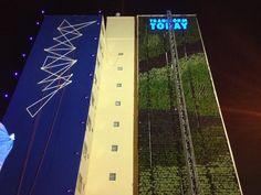 """Conheça jardim instalado em um prédio no minhocão, no Largo Padre Pericles.As fotos são do primeiro jardim vertical empena cega - prédios sem janelas - do Brasil. O projeto, desenvolvido pelo Movimento 90º, levou 15 dias para ser executado. Tem 220 metros quadrados e 4500 plantas. Diminui a poluição em 30%. A ideia que seja...<br /><a class=""""more-link"""" href=""""https://catracalivre.com.br/geral/muito-mais-sao-paulo/indicacao/minhocao-ganha-jardim-vertical/"""">Continue lendo »</a>"""
