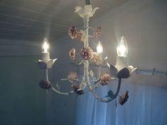 Lustre de flores no estilo Provençal. <br>Lâmpadas aparentes garantem todo charme e delicadeza do produto. <br> <br>As flores pode ser brancas, lilás, rosa..enfim, tudo do jeitinho que você quer!! <br> <br>Mede: 40x40cm <br>Caso tenha interesse que o seu lustre acompanhe cúpulas, também poderá. O valor das cúpulas forradas na cor de seu deseja, está em 14,90 cada.