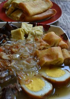 Diah Didi's Kitchen: Resep Timlo Solo... Diah Didi Kitchen, Lunch Menu, Indonesian Food, Main Meals, Yummy Food, Yummy Recipes, French Toast, Bakery, Food And Drink