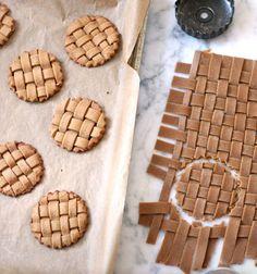 Gingerbread lattice (woven) cookies - easy gift idea // Szőttes kekszek egyszerűen - tészta szövött desszertek ajándékba // Mindy - craft tutorial collection
