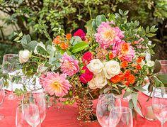 Casamento na fazenda - decoração moderna e romântica em tons de pink - arranjo de flores ( Foto: João Coelho | Flores: Monica Rezende )