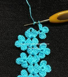 Fixed-point flower crochet: Ponto PAP - Uma Rendinha Barrada Tutorial dettagliatissimo di un bel bordo Free pattern and photo tutorial for crochet floral edging. I would also use it for a light, whimsical scarf (without the chain on one side). Crochet Motifs, Crochet Borders, Crochet Trim, Love Crochet, Irish Crochet, Diy Crochet, Crochet Crafts, Yarn Crafts, Crochet Flowers