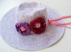 Yazın sıcak günleri yaklaştıkça tığ işi örnek modeli çalışmaları için de alternatifler üretmeye başlıyoruz. Direkt olarak örgü ile oluşturmadığımız giysilerimizi, çantalarımızı ve şapkalarımızı çeşitli şekilde tığ işi ile yapılmış güzel çiçek desenleri ile süsleyebiliriz. Özellikle yazlık giysilerin canlı renklerde olması bu gibi süslemeleri daha da güzel bir hale getiriyor. Yaz aylarında çocuk olsun, bebek olsun