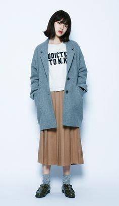 流行りのキャメルのプリーツスカートでフェミニンな雰囲気をもたらして。丈が長めのコートなので、クラシックにまとまりました。